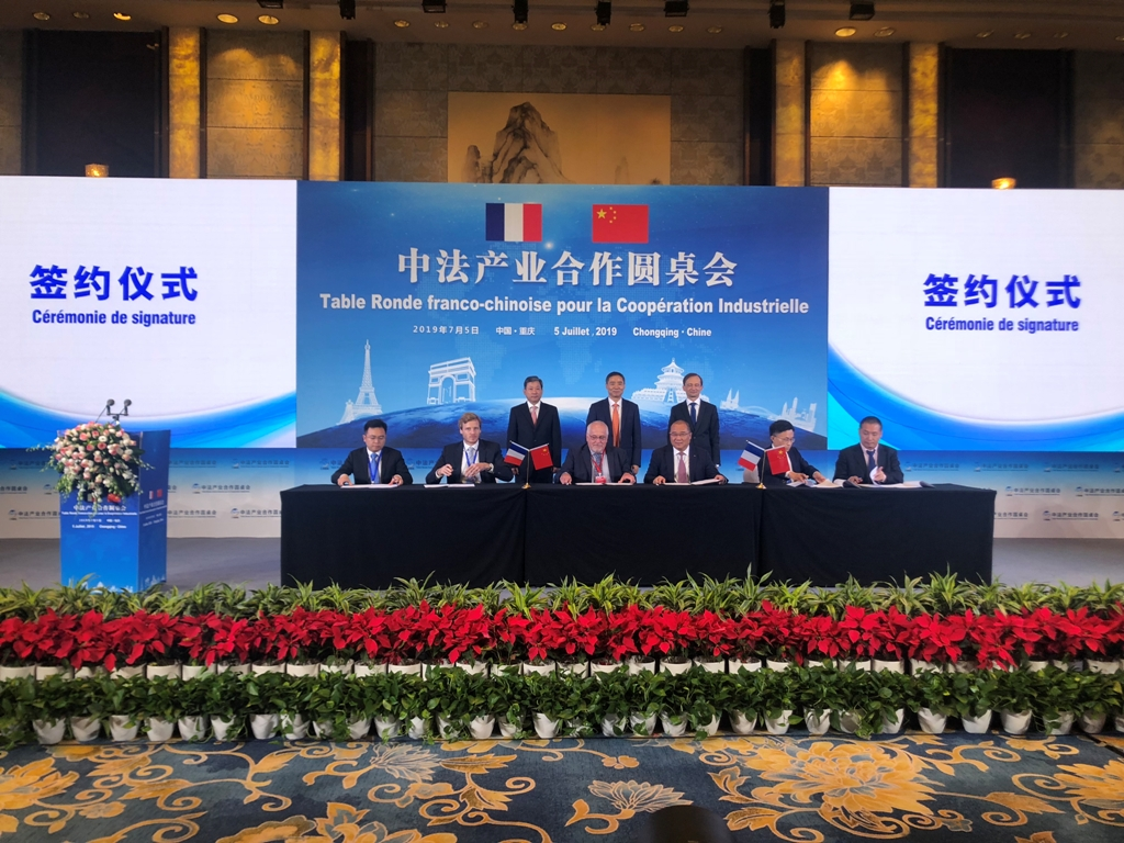 Ma Mingliang, vice-president of CNBM group and Didier Bourbon, Sales Vice-President (Asia) of Fives FCB during the signature of a Cooperation Agreement