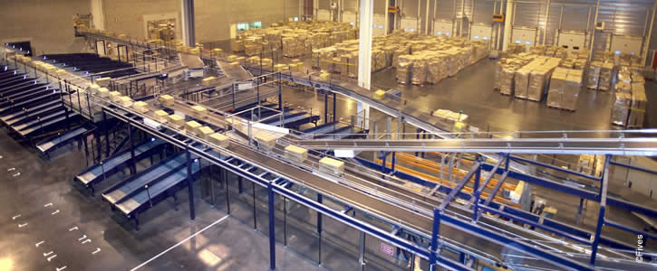 food intralogistics solutions - Food conveyors in a warhouse